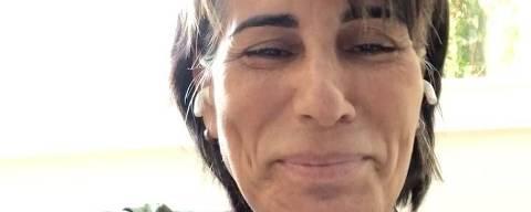 Bem-humorada, a atriz Glória Pires canta uma versão de hit para explicar que não é mãe de Fiuk