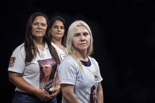 ***Especial: maes  que perderam as filhas em episodios de violencia e fazem parte do grupo  de apoio  Uniao de Vitimas. Retratos das maes na Vila Luzita em Santo AndrŽ, da esq para dir: Marta Consoli,56 (de oculos), Angelita Miguel, 43 e Ana Cristina Pimentel, 54 (loira)