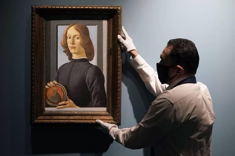 Pintura 'Jovem Segurando um Medalhão', do artista renascentista italiano Sandro Botticelli é vendida por US$ 92,2 milhões