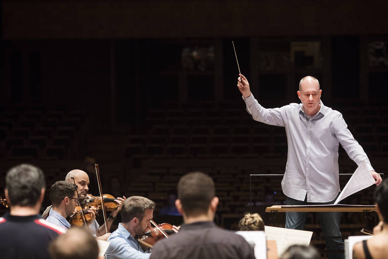 O maestro inglês Neil Thomson rege a Osesp