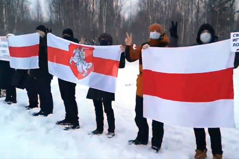 Manifestantes fazem corrente de solidariedade em Minsk, no 168º de protesto contra a reeleição do ditador Aleksandr Lukachenko