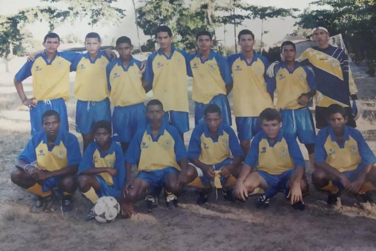 Time de futebol, com uniforme azul e amarelo, posado