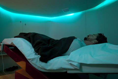 SÃO PAULO, SP, BRASIL, 16-08-2013: O engenheiro Marcos Paulo Amaral, durante sessão se sono no SPA Yelo, em São Paulo (SP). O SPA ofereçe cromoterapia, aromaterapia, massagem, reflexologia e possui cama especial que pode ser ajustada em várias posições. (Foto: Zé Carlos Barretta/Folhapress)