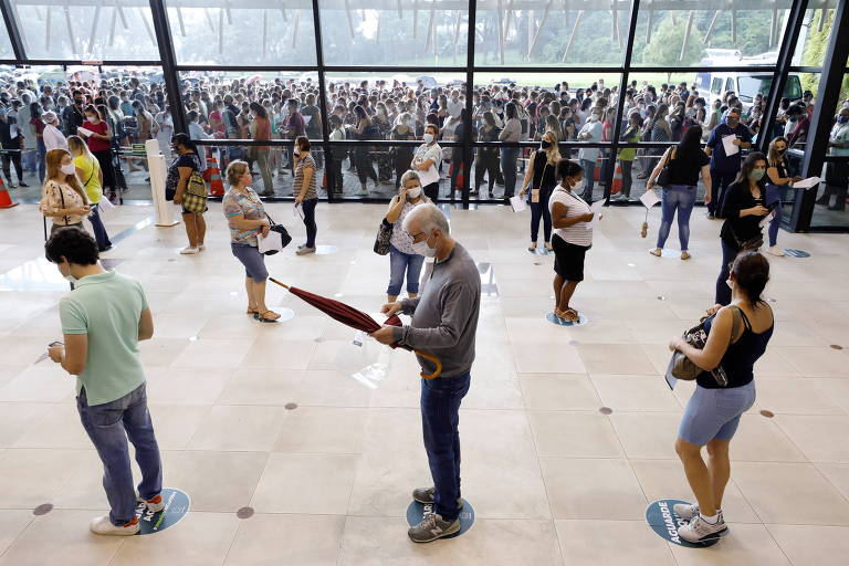 Vacinação contra a Covid-19 gera aglomeração e fila de espera de mais de 1 h em Curitiba