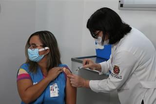 Profissional da saúde de São Paulo é vacinada contra Covid-19