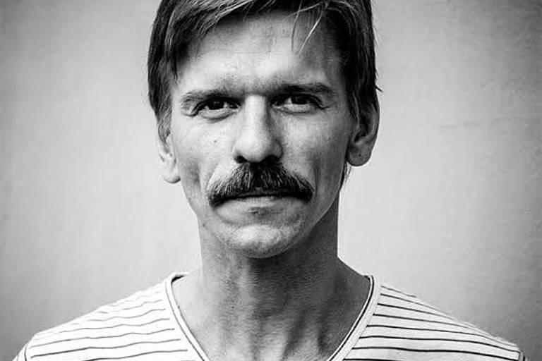 foto de homem com camisa listrada em preto e branco