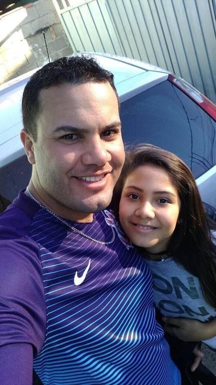 Beto Vaz e a filha Vitória Gabrielly, morta no interior de São Paulo, em 2018. A última imagem registrada da menina mostra ela andando de patins perto de um ginásio