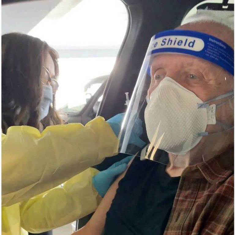 Anthony Hopkins recebe vacina contra Covid