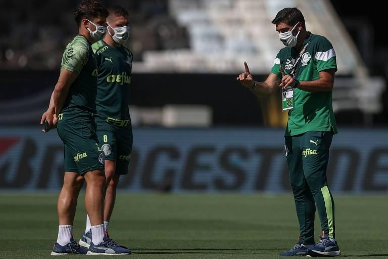 Abel Ferreira (à dir.) conversa com Zé Rafael e Raphael Veiga no gramado do Maracanã, palco da final da Libertadores