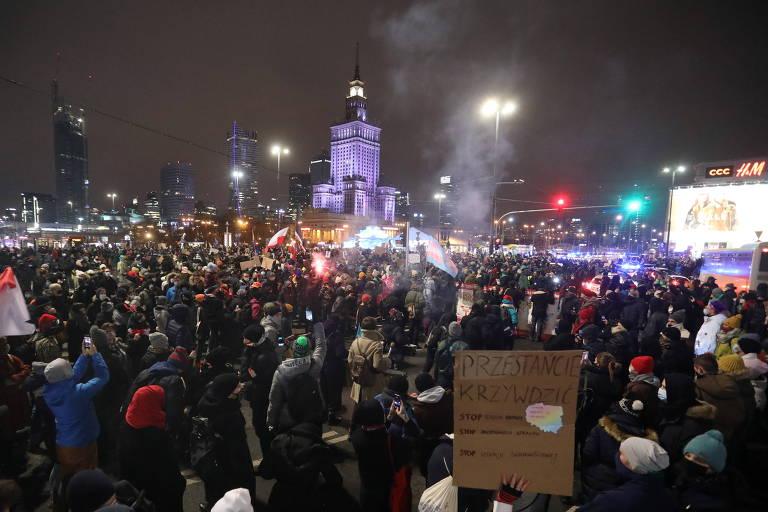 Poloneses protestam contra proibição ao aborto em dezenas de cidades
