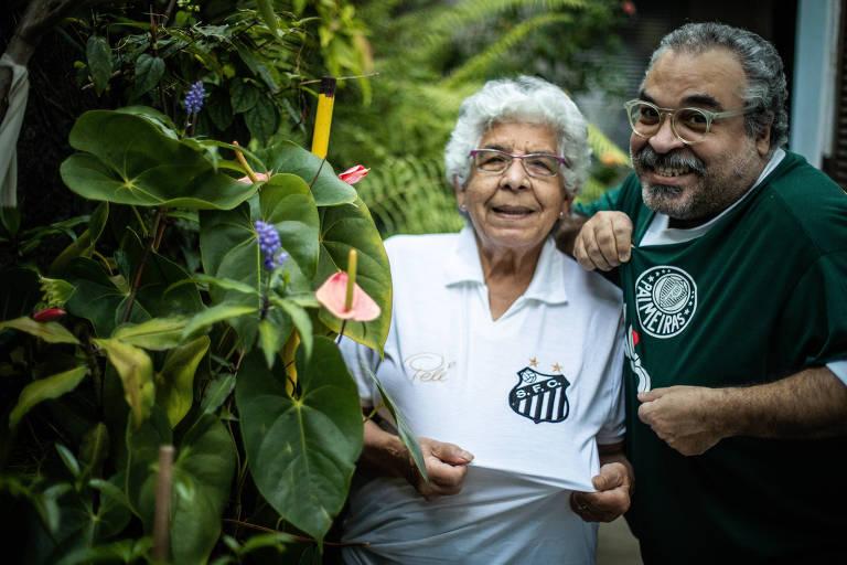 Homem com camisa do Palmeiras ao lado de senhora com camisa do Santos