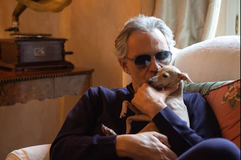 Andrea Bocelli beija sua cachorra Pallina