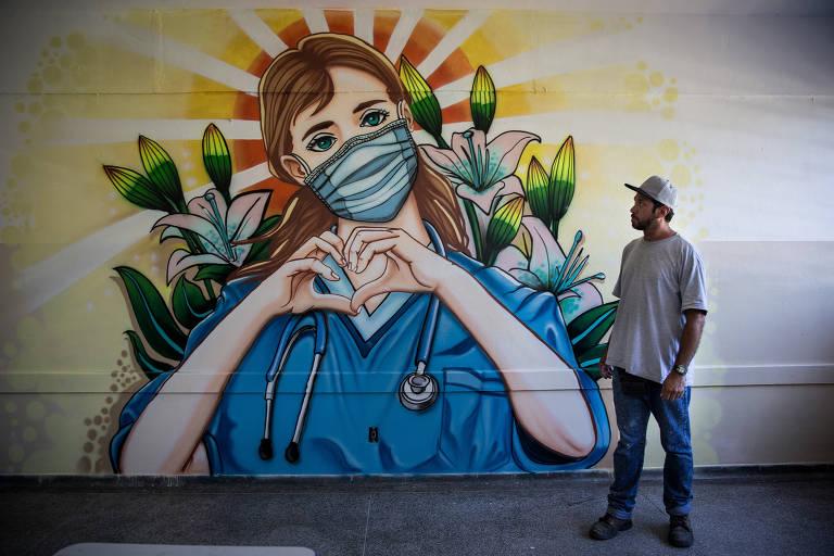 Grafiteiros redecoram paredes de escola estadual na zona leste de SP