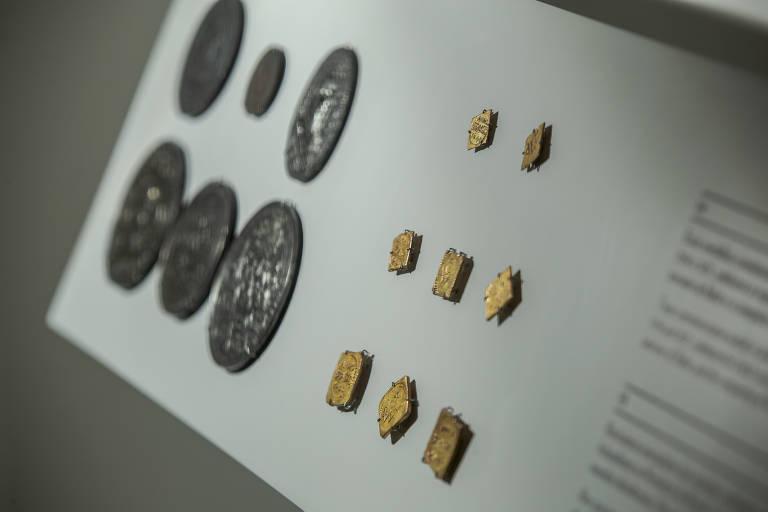 Moedas em exposição no Itaú Cultural