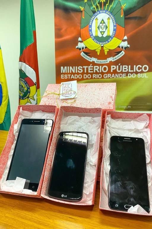 Projeto entrega celulares recolhidos em presídios para alunos da rede pública