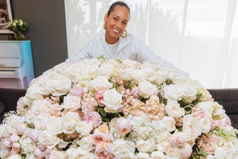 Alicia Keys recebe buquê de flores gigante de Oprah em seu 40º aniversário