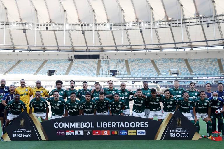 Jogadores e comissão técnica do Palmeiras posam para foto perfilados antes da partida contra o Santos, final da Libertadores, no Maracanã