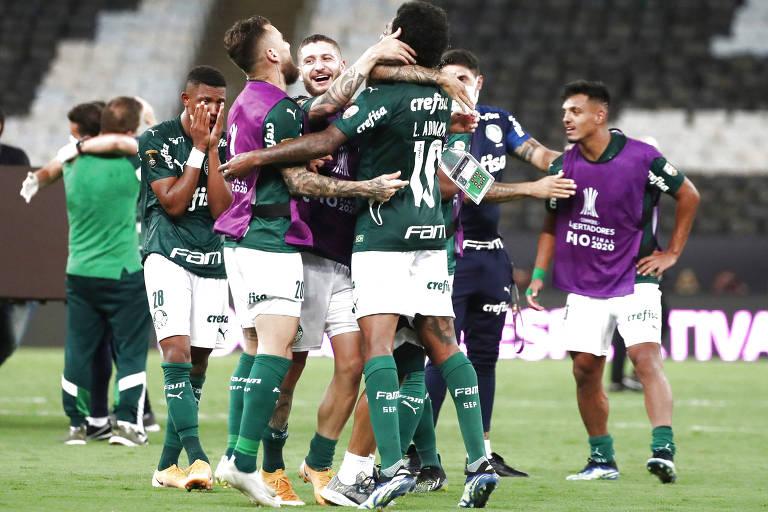 Jogadores do Palmeiras comemoram gol de Breno Lopes