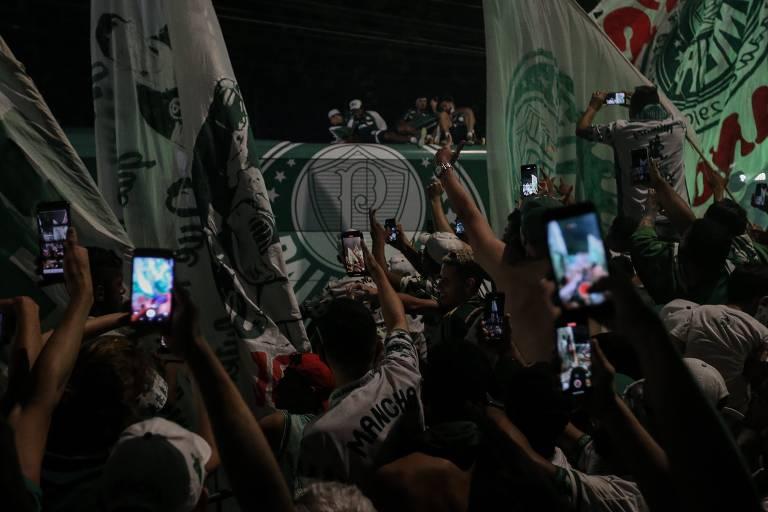 Torcida do Palmeiras recebe os campeões da Libertadores no CT do clube