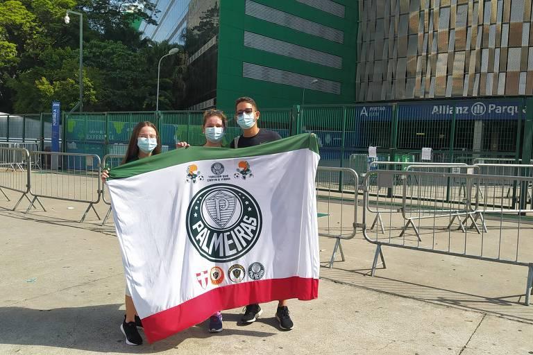 A estudante Júlia Bueno, 19 (esq.), o encarregado administrativo Maike Cruz, 24, e a analista de treinamento Nayara Bueno, 24, na frente do Allianz parque na manhã deste domingo (31)