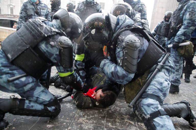 Policiais prendem ativista em manifestação de apoio a Alexei Navalni no centro de Moscou