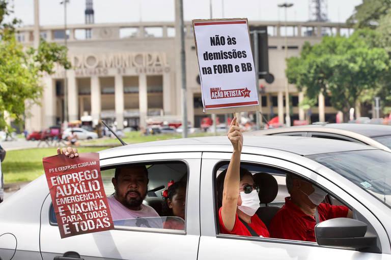 """Manifestantes realizam carreata """"Fora, Bolsonaro"""", em São Paulo, na manhã deste domingo (31)"""