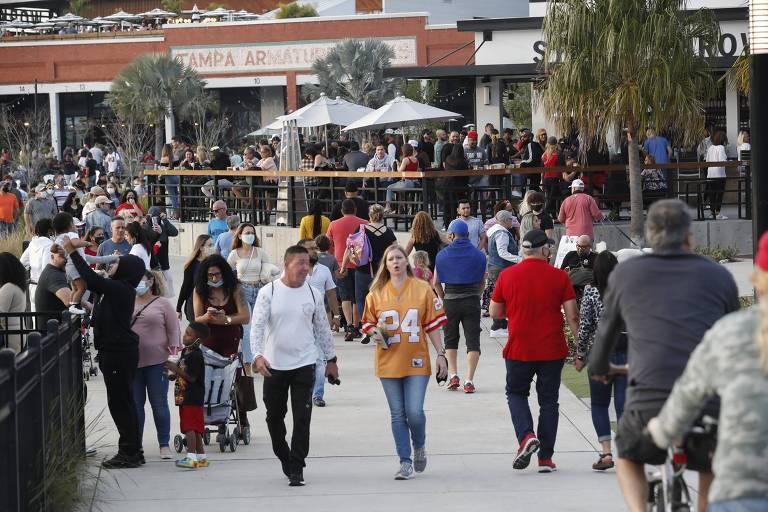 Moradores de Tampa, na Flórida, frequentam centro da cidade