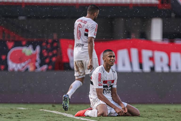 São Paulo perde, chega a 7 jogos sem vencer e vê título brasileiro distante