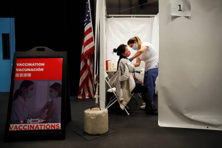 Profissional da saúde aplica dose da vacina Moderna em Nova York