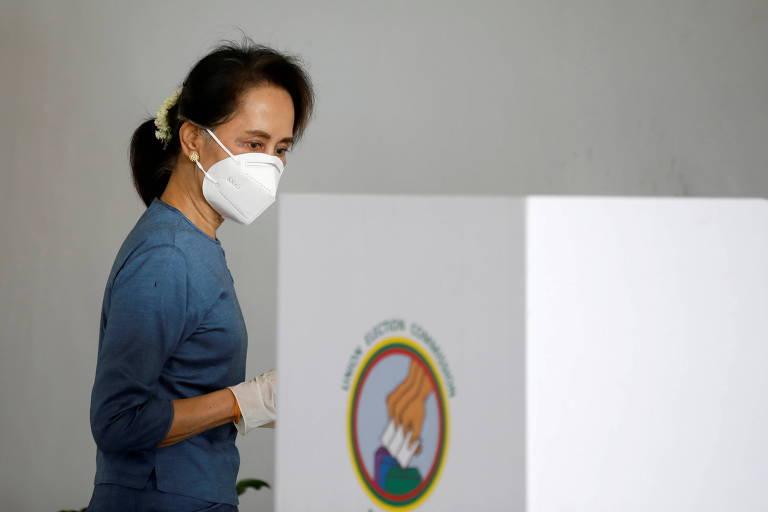 Aung San Suu Kyi, líder civil de Mianmar agora detida pelos militares, durante votação na última eleição do país