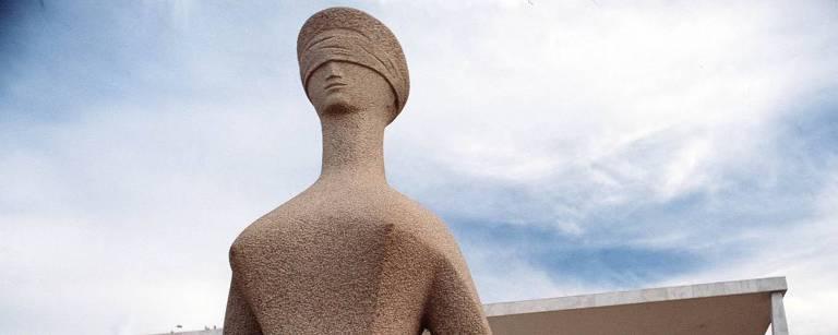 Estátua da Justiça (1961), obra de Alfredo Ceschiatti, na Praça dos Três Poderes, em Brasília