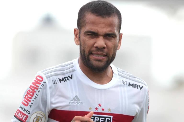Daniel Alves durante a partida contra o Atlético-GO