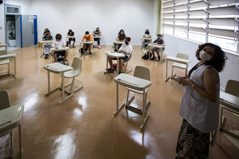 Professores se dividem para dar aula a alunos em duas salas diferentes e aos que continuam em casa