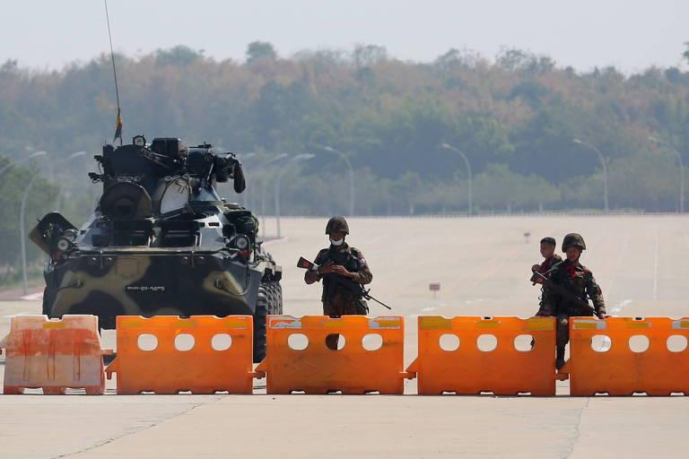 Bloqueio militar em avenida que leva ao Congresso de Mianmar, em Naypyitaw