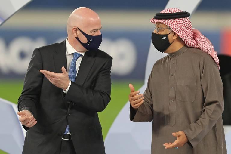 Gianni Infantino e o presidente da confederação asiática, Salman bin Ibrahim Al Khalifa, durante a final do torneio continental