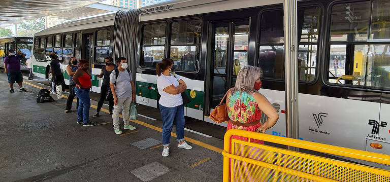 Passageiros anos lamentam fim da gratuidade no transporte de SP