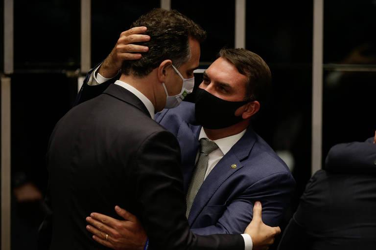 Filho do presidente Jair Bolsonaro, Flávio Bolsonaro (Republicanos-RJ) abraça o novo presidente do Senado, Rodrigo Pacheco (DEM-RJ), após a eleição, nesta segunda-feira (1º)