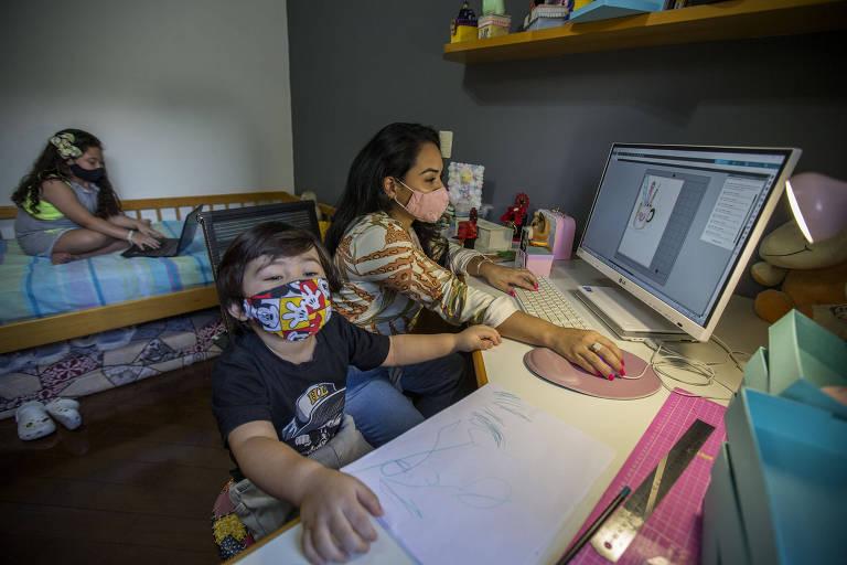 Com as escolas fechadas, Ana Carolina Tinen Ueda teve que reduzir a produção de seu ateliê para cuidar dos dois filhos, que passaram a ter aulas online - 28.jan.2021 - Marlene Bergamo/Folhapress