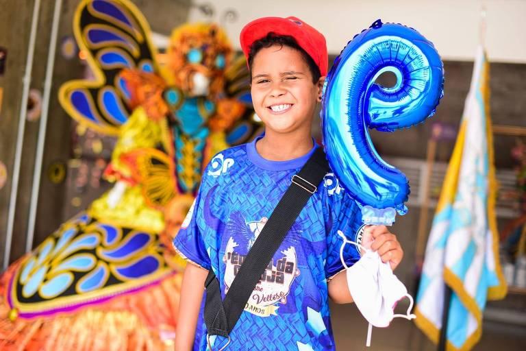 Gustavo Lopes, ritmista do naipe repenique da Estrela do Terceiro Milênio, que celebrou o aniversário de 9 anos no Sambódromo