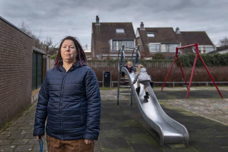 Vanessa van Ewijk e seus dois filhos em Lisserbroek, Holanda