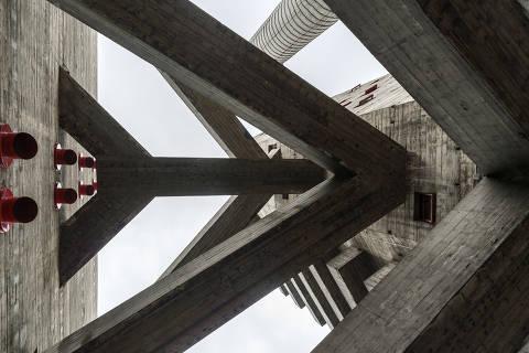 Vista das passarelas do edifício do Sesc Pompeia, projeto de Lina Bo Bardi em São Paulo (1977)