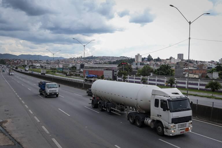 Caminhão passa por rodovia de São Paulo