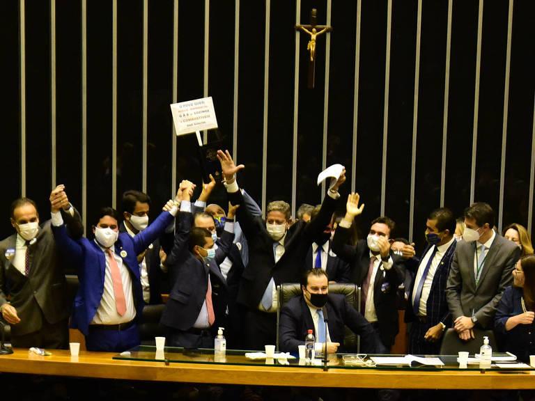 Plenário da Câmara, com Arthur Lira ao fundo comemorando a vitória, nesta segunda-feira (1º)