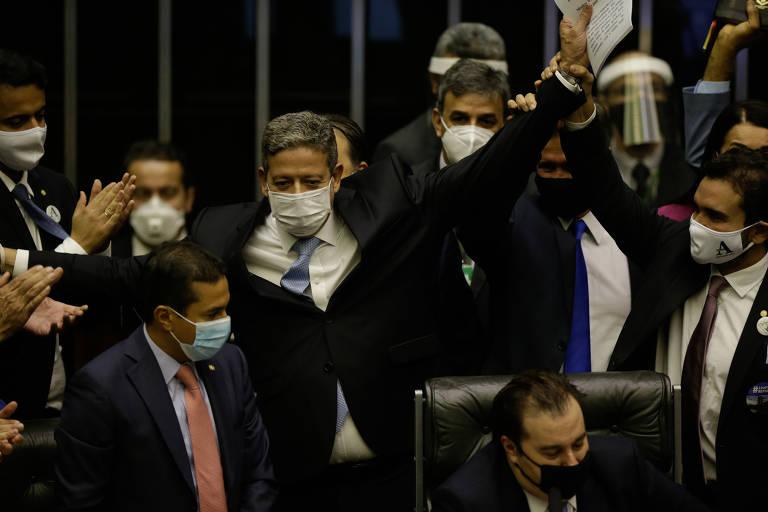 Arthur Lira (centro) após ser eleito presidente da Câmara, nesta segunda (1°)