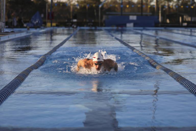 Cody Simpson durante treinamento na piscina
