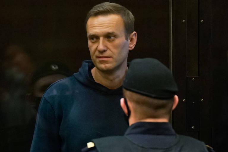 O líder opositor Alexei Navalni antes do começo do seu julgamento em Moscou