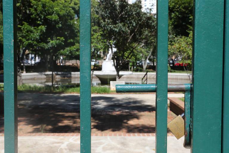 Vizinhos reclamam de praça fechada com água parada na Aclimação, em SP