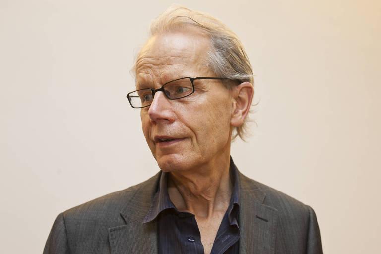 O crítico Guy Brett durante na galeria Raquel Arnaud em 2011
