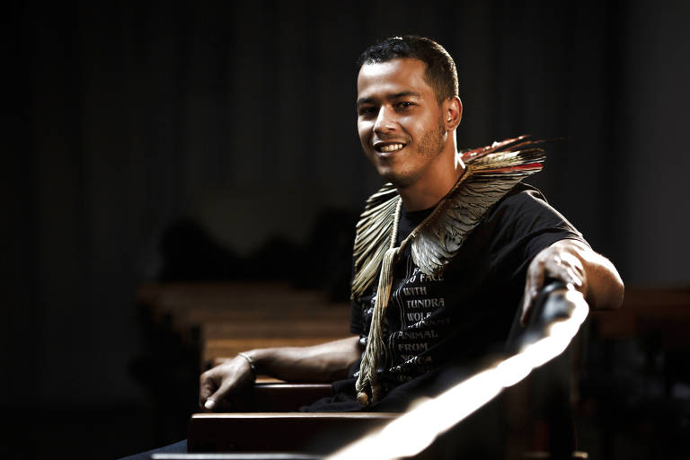 Retrato do ativista pelos direitos indígenas Thiago Henrique Kara iDjekupe no auditório da Folha