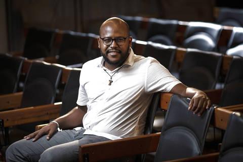 SÃO PAULO, SP, BRASIL, 12-01-2021: Retrato do ativista da teologia negra  Jackson Augusto, no auditório da Folha. (Foto: Bruno Santos/ Folhapress) *** FSP-COTIDIANO *** EXCLUSIVO FOLHA*** ORG XMIT: AGEN2101142034406270